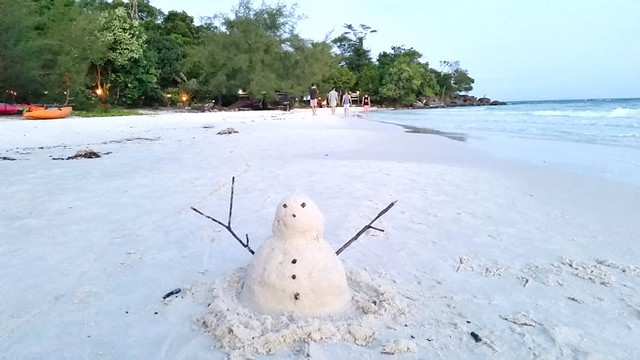 6. Build a snowman in Cambodia with Blue Osa Journeys